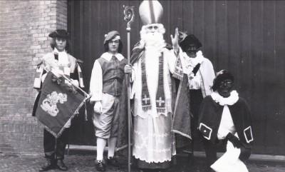 Wachtmeester 1Jan Idsinga als Sint Nicolaas dec 1964 01