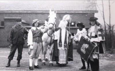 Wachtmeester 1Jan Idsinga als Sint Nicolaas dec 1964 02