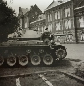17 Even op de tank op het voorterrein van de Willem III