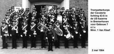 64-05-02 4 Trompetterkorps der Cavalerie in Bremerhaven voor Gebouw 7 olv wmr1 Van Kleef-a
