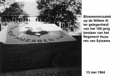 64-05-13 1 Bloemenmozaiek in Willem III. 150 jaar Huzaren van Sytzama-a