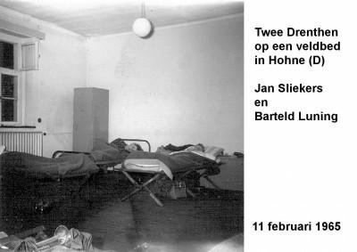 65-02-11 Twee Drenthen op een veldbeld in Hohne (Barteld Luning en Jan Sliekers)-a