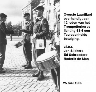 65-05-25 Overste Laurillard overhandigt 12 leden van het Trompetterkorps een tevredenheidsbetuiging-a