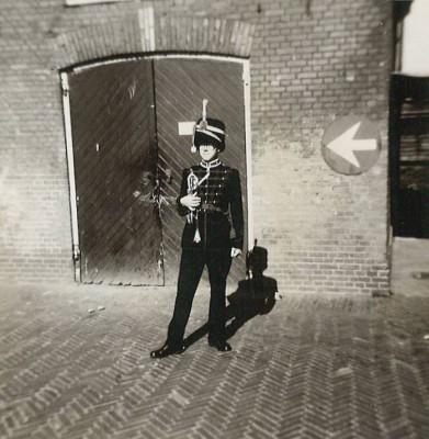 Trompetter Kees van Doorn in ceremonieel